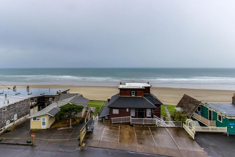 Oceanview condo w/ shared hot tub and pool, half a block to the beach! - Image 1 - Lincoln City - rentals