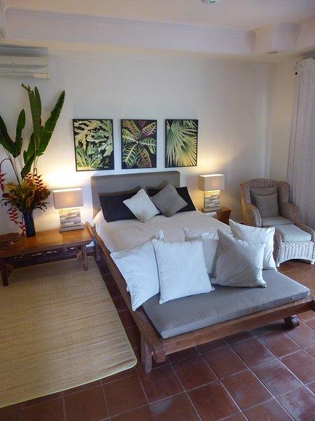 Queen Size Antique Teak Platform Bed with Seating - The Garden Apartment Ubud Bali - Ubud - rentals