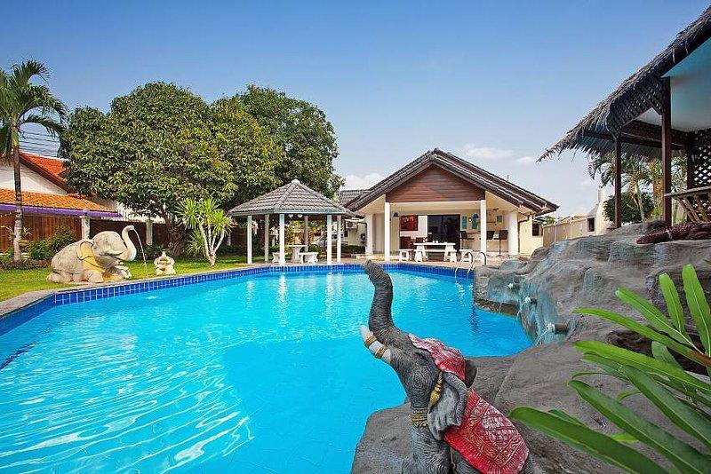 Nai Mueang Yai | 4 Bed Tropical Pool Villa in Central Pattaya - Image 1 - Pattaya - rentals