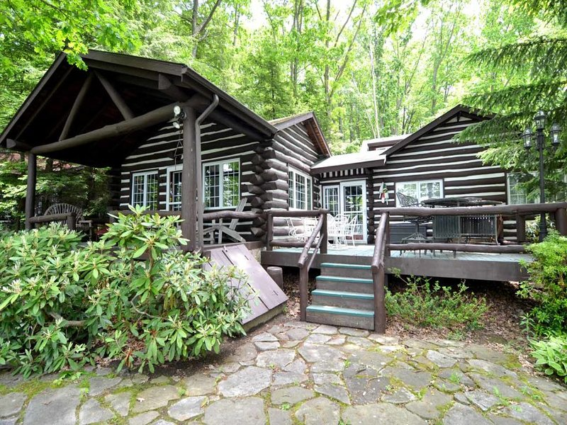 cochranext1_15.jpg - Step back in time and enter a world you thought long lost. That's life at Cochran's Cabin, an original lake home, where retro details and old-school charm prevail. - Oakland - rentals