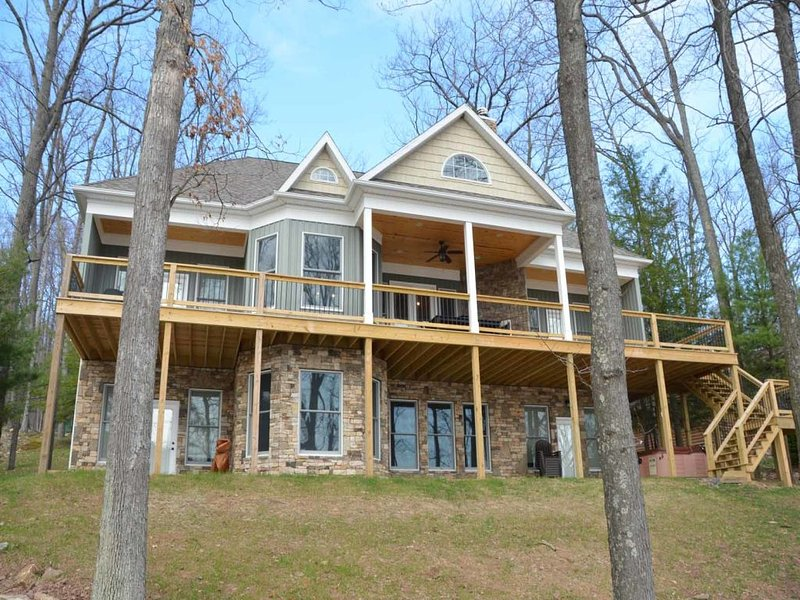 fallrkext5_15.jpg - As soon as you enter, you will feel awash with welcome at Falling Rock, a premier lake estate that is as handsome as it is spacious- and that's saying something! - Swanton - rentals
