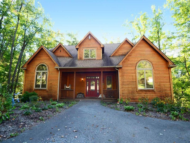 heavenlyexy_14.jpg - Secluded, still, and serene, Heavenly Haven brings you right to nature's door to delight in the woodland majesty of amber, oak, and rustling foliage in this log-style cabin. - McHenry - rentals