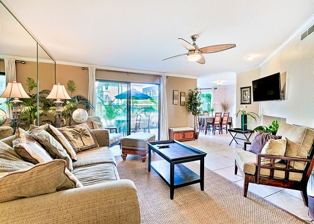 Relax in this Tommy Bahama style living room with flat screen TV and ceiling fan. - Beautiful condo w/ heated oceanfront pools and spas -beach access - Solana Beach - rentals