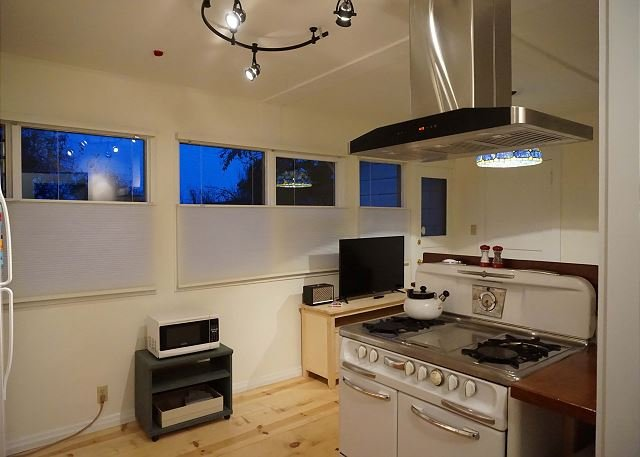 Vintage Stove in nice kitchen - Downtown Digs - New, Slick &  Conveniently Located - Arcata - rentals