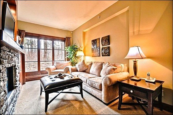 Stunning Living Room has a Gas Fireplace and Flat Screen Cable TV - Sophisticated Design and Tasteful Decor - Close to Ski Lifts and Gondola (6046) - Mont Tremblant - rentals