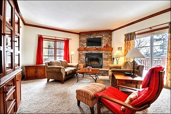 Lovely Decor Throughout the Unit - Lovely Views of the Mountain and Forest - Close to Hiking Trails & Ice Skating Rink (6092) - Mont Tremblant - rentals