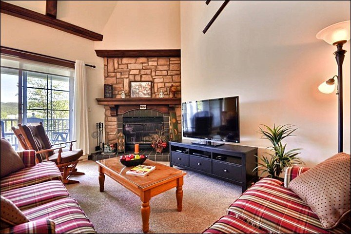 The Living Area Offers you a Cozy Stone Fireplace and a Large Flat Screen TV - Beautiful Golf Course Views - Just a Short Walk to the Village (6120) - Mont Tremblant - rentals