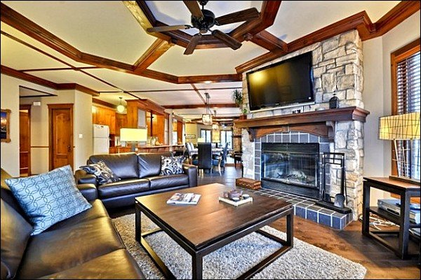 Beautiful Living Room with Fireplace and Flat Screen TV - Short walk to Village - Common Area Summer Swimming Pool and Hot Tub (6127) - Mont Tremblant - rentals
