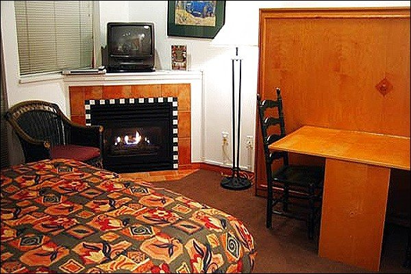 Lovely Studio with Fireplace - Shared Outdoor Hot Tub and Pool - Paid  Underground Parking (4032) - Whistler - rentals