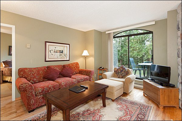 Beautifully Decorated Property - Shared Outdoor Pool - Just a Short Drive to Whistler Village (4037) - Whistler - rentals