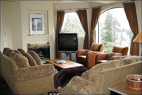 A Inviting Living Area with a Gas Fireplace and Cozy Furnishings - Shared Hot Tub and Pool - Heated Floors (4040) - Whistler - rentals