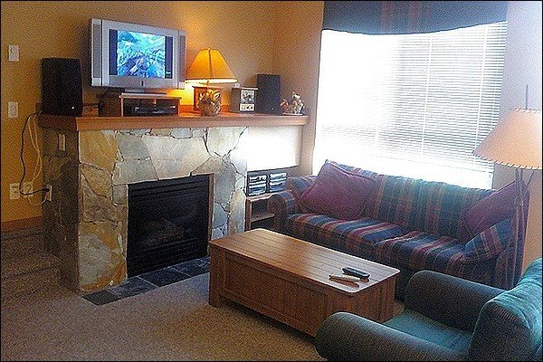 Cozy Living Room with Gas Fireplace & Flat Screen TV - Close to Whistler Racquet & Golf Resort - Common Area Outdoor Hot Tub (4064) - Whistler - rentals