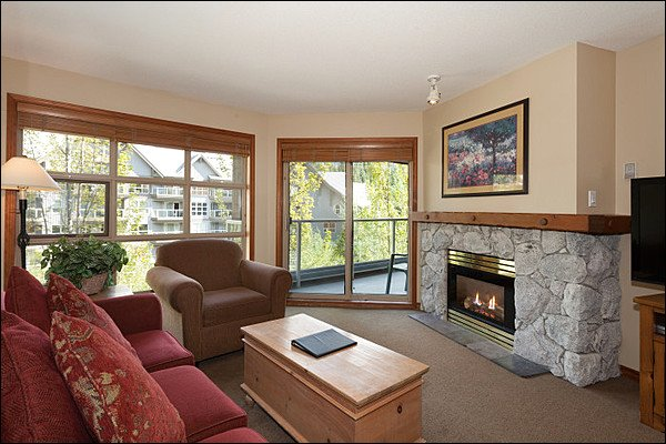 Cozy and Updated Living Room with Gas Fireplace, TV & Private Balcony Access - Short Walk to Blackcomb Base - Year Round On-Site Outdoor Pool & Hot Tub (4069) - Whistler - rentals