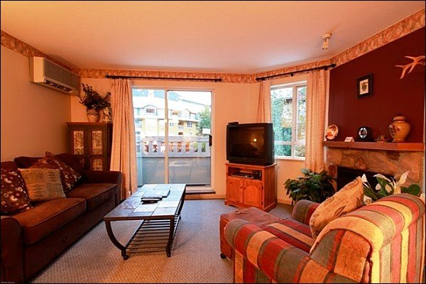 Charming Living Area with TV, Gas Fireplace, Balcony Access & Comfy Furnishings - Close to Whistler Conference Centre - Charming Village Views (4082) - Whistler - rentals