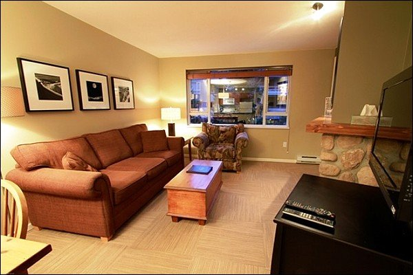 Modern and Upscale Living Room with Flat Screen TV and Gas Fireplace - Short Walk to Charming Mountain Gondolas - Common Area Indoor Hot Tub & Fitness Center (4083) - Whistler - rentals