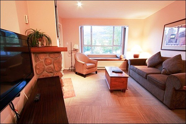 Spacious Living Room with Sleeper Sofa and Large Flat Screen TV - Short Walk to Both Mountain Gondolas - A Newer Addition with Restaurants & Shops (4085) - Whistler - rentals