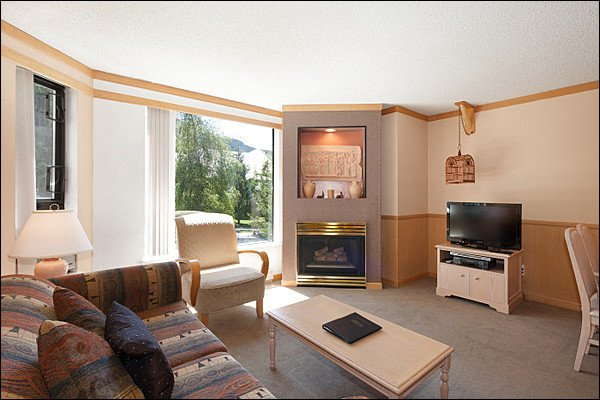 Living Room with TV & Dining Area - Slopeside on Blackcomb Mountain - Year Round Pool, Hot Tub & Fitness Room (4075) - Whistler - rentals