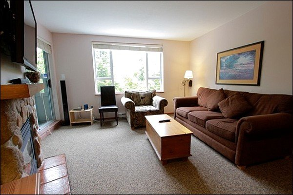 Living Area with Sleeper Sofa and Gas Fireplace - Exquisite Mountain Views - Close to Local Shops and Activities (4080) - Whistler - rentals