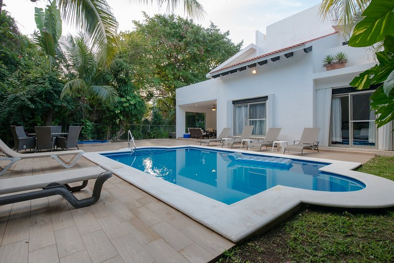Pool and sunbeds - A HOLIDAY VILLA HOUSE IN PLAYA DEL CARMEN, MEXICO - Playa del Carmen - rentals