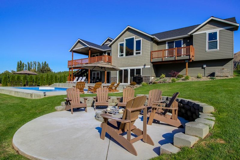 Gorgeous lakeside home for 12 w/ private pool & hot tub! - Image 1 - Orondo - rentals