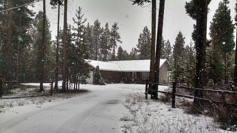 Enjoy Skiing, Hiking, Fishing and the great outdoors from The Cozy Cabin - Cozy Cabin LaPine - La Pine - rentals