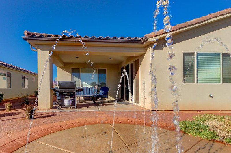 Poolside home w/private splash pad, access to a shared pool & 20-person hot tub! - Image 1 - Santa Clara - rentals