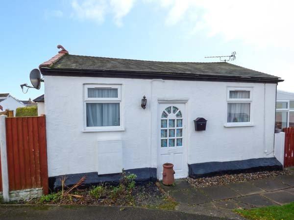 LITTLE BRYN FFYNNON, detached chalet, en-suite bedroom, enclosed garden, ideal for a couple, in Prestatyn, Ref 929230 - Image 1 - Prestatyn - rentals