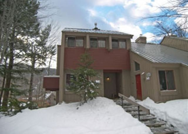Exterior of Townhouse in Winter - V020E- Managed by Loon Reservation Service - NH Meals & Rooms Lic# 056365 - Lincoln - rentals