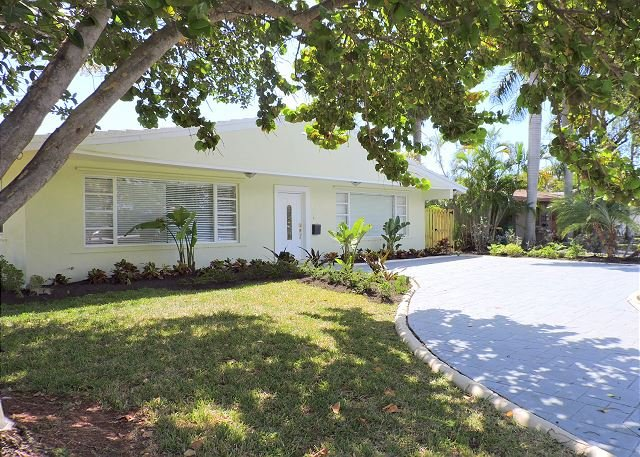 SPACIOUS 4/4.5, JUST 5 MINS.TO GREAT BEACH W LARGE HEATED JACUZZI/ SWIM SPA - Image 1 - Dania Beach - rentals