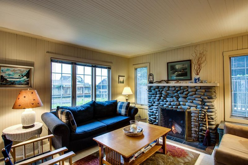 Charming cottage w/ocean views, deck & fenced yard - beach access - Image 1 - Gearhart - rentals