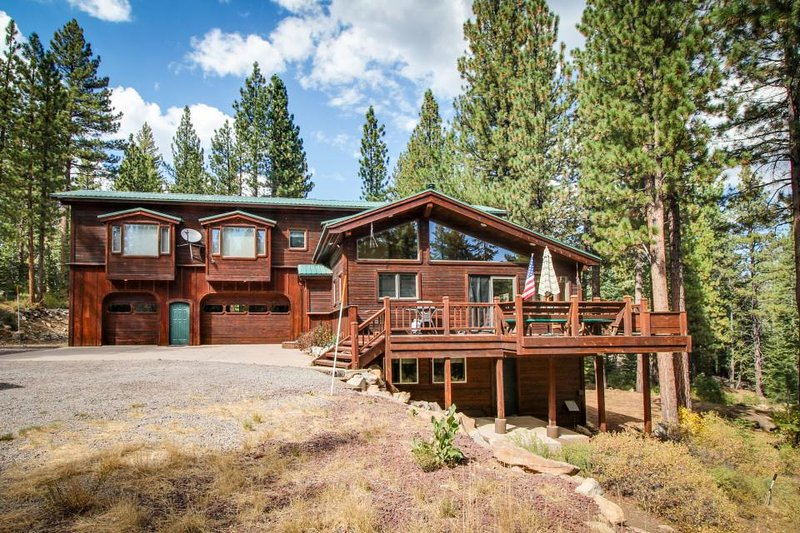 Dog-friendly home with a private game room and five-hole disc golf course! - Image 1 - Truckee - rentals