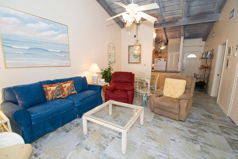 Nice cozy living/dining area with vaulted ceiling. - Chateau La Mer 7C Destin - Destin - rentals