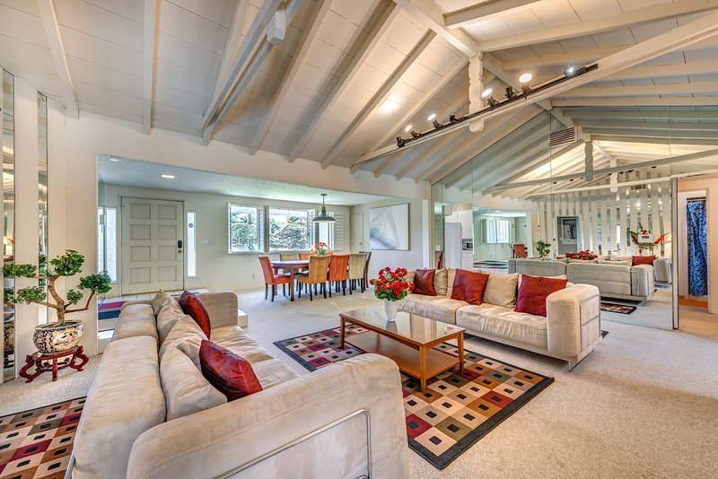 Spacious Well Appointed Living Room - La Casa Contenta - Palm Springs - rentals