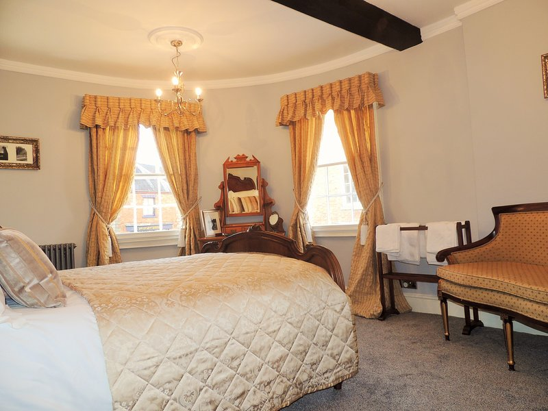 Bedroom 1 first floor With period features - Elegant Georgian residence nr Stratford & Cotswold - Shipston on Stour - rentals