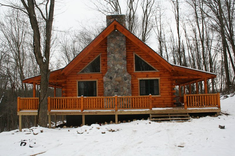 A peaceful cabin nestled in the woods, large decks on 3 sides. - Secluded log cabin - sleeps 4 - Hocking Hills - rentals