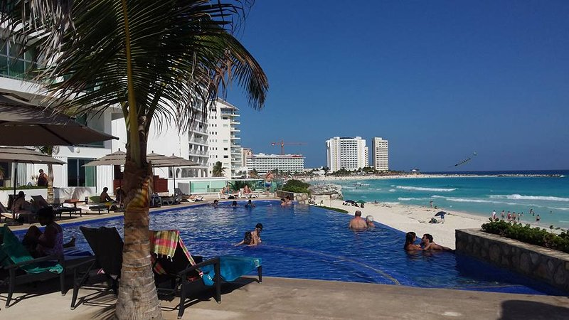 new infinity pool and jet spa (not heated; part of pool) - OCEAN DREAM CANCUN 1 BEDROOM BEACHFRONT CONDO: WIFI, KITCHEN,HIGH SECURITY - Cancun - rentals