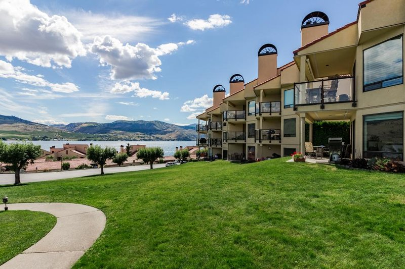 Deluxe condo with shared resort pools, hot tub and private beach & dock! - Image 1 - Chelan - rentals