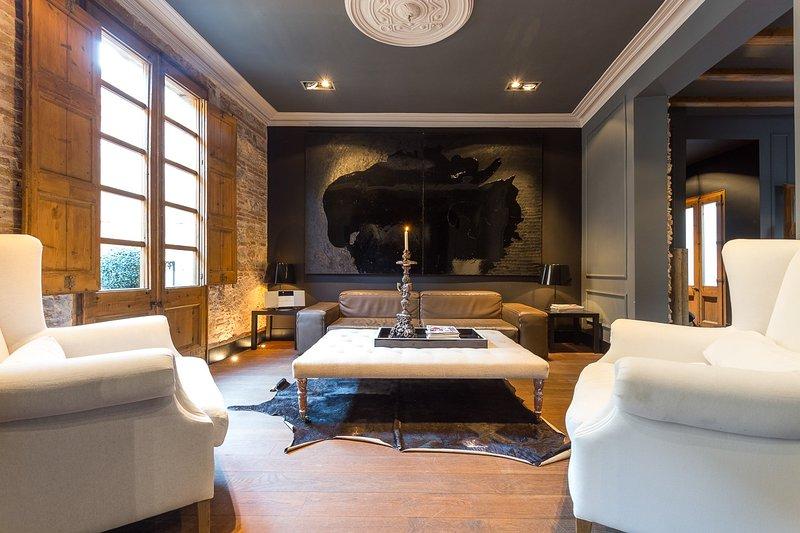 Barcelona - Wanderlust - Living Room - Immaculate 2 Bedroom Apartment in El Born - Montserrat - rentals
