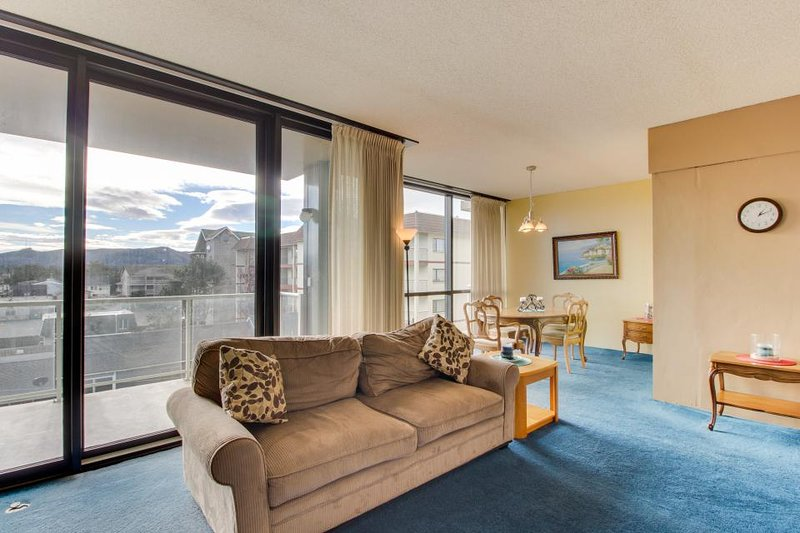 Gorgeous condo w/ lovely views and a shared pool & sauna, across from the beach! - Image 1 - Seaside - rentals