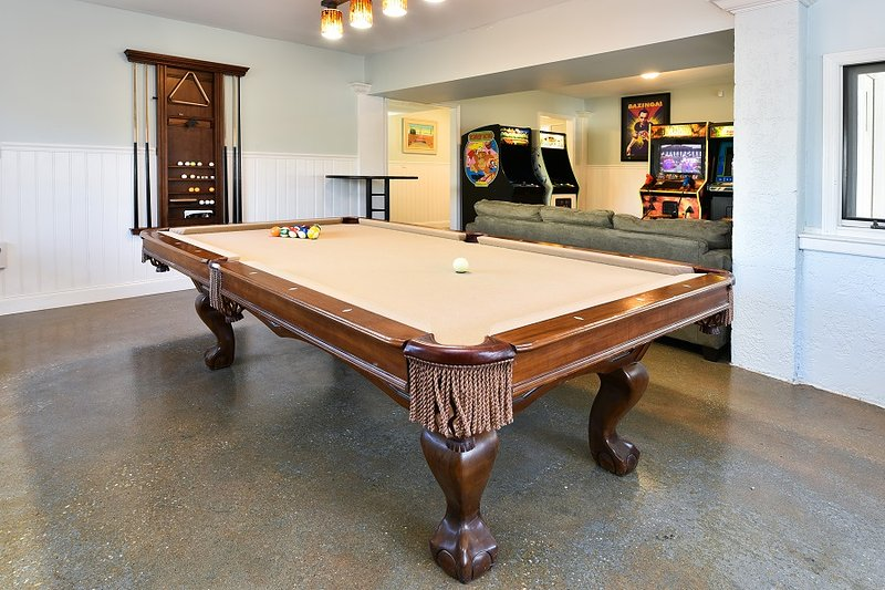 Pool table with ping pong top - Pool,7/6 pool table,arcade,hot tub,sleeps 30 - Garden City - rentals