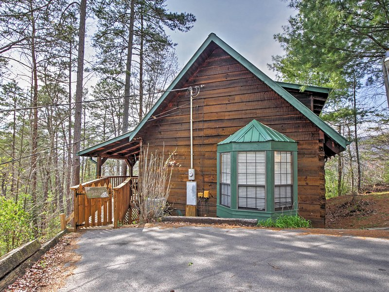 Welcome to Sevierville, TN! - Mountain Rose Log Cabin - Buy 5 Nights or More Get 1 Free! Romantic, Private & Peaceful Sevierville Property w/Fishing Pond, Pool Table & More - Sevierville - rentals