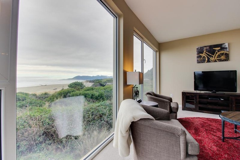 Oceanfront dog-friendly condo with fantastic ocean views and shared hot tub! - Image 1 - Rockaway Beach - rentals