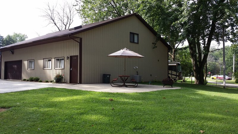 Your BEAUTIFUL split level condo is nestled in the shed building and patio included. Outside parking - 2 Level Beautiful Condo near Lake Shafer/Monon Bay - Monticello - rentals