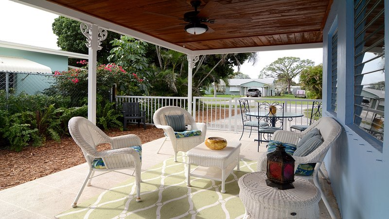 Outdoor living for all to enjoy! - Updated House in Quiet Friendly Neighboorhood Near Beaches & Downtown Stuart - Stuart - rentals