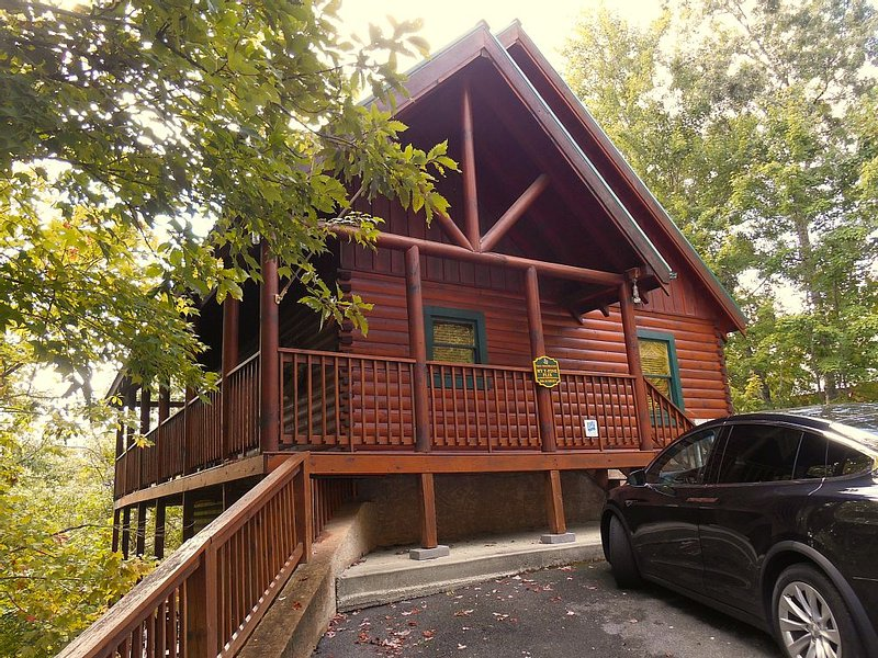 Luxury Cabin 5br/3.5ba- Theater & Game room,Hot tub,Wifi, Pool, 1.5 m from Prky - Image 1 - Gatlinburg - rentals