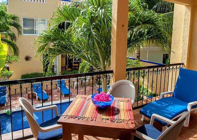 Private balcony overlooking the pool from the second floor - Large, very popular, airy apartment with kitchen and shaded private balcony - Puerto Morelos - rentals