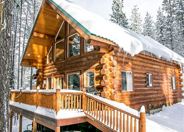 Deck area looks over the pines and is the perfect spot to enjoy your hot tub under the stars.  - Enchanted River Cabin, Wi-Fi, Hot Tub, 25 min. drive to Leavenworth - Leavenworth - rentals