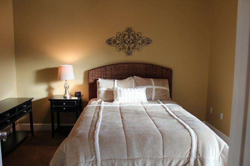 Master Bedroom - Queen Bed with 12' Vaulted Ceiling. - Flagstaff Luxury Condo w/ Beaut. Views & Amenities- Big Discounts in April!! - Flagstaff - rentals