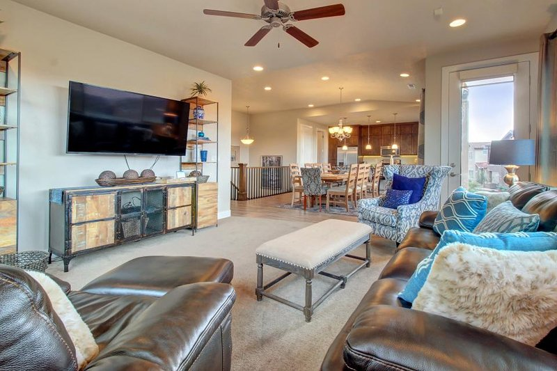 Spacious home w/shared 2-tiered pool, 20-person hot tub! - Image 1 - Santa Clara - rentals