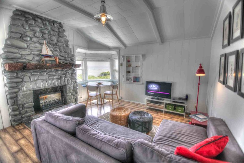 Quaint Ocean Front Cottage with Private Hot Tub! - Image 1 - Yachats - rentals